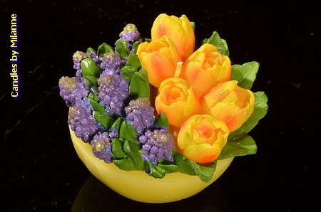 Schaaltje met tulpen GEELen blauwe druifjes, KAARS