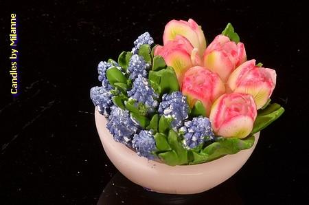 Schaaltje met tulpen ROZE en blauwe druifjes, KAARS