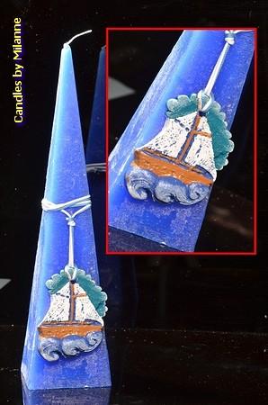 Zee kaars, BLAUW, met vissersboot, piramide 30 cm
