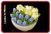 Schaaltje met tulpen WIT en blauwe druifjes, KAARS